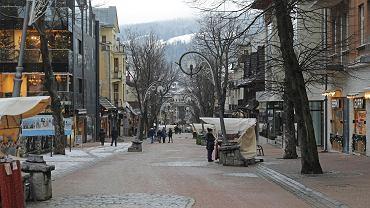 Co roku do Zakopanego i na Podhale przyjeżdżało na święta Bożego Narodzenia mnóstwo turystów. W tym roku jest inaczej, turystów odstraszyły obowiązujące ograniczenia (formalnie w hotelu można zamieszkać tylko podczas podróży służbowej). Po świętach, 28 grudnia, zacznie obowiązywać 'narodowa kwarantanna': miejsca noclegowe będą wtedy niedostępne również dla osób podróżujących służbowo. Przede wszystkim jednak zamknięte zostaną wszystkie stacje narciarskie, a w sylwestra dodatkowo będzie obowiązywał zakaz przemieszczana się.