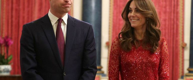 Księżna Kate zachwyciła swoją czerwoną suknią z siateczką. Taki model to klasyka elegancji. Podpowiadamy gdzie znaleźć podobne, jak ją wystylizować i kiedy założyć