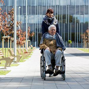Opiekunka z na spacerze ze starszym podopiecznym