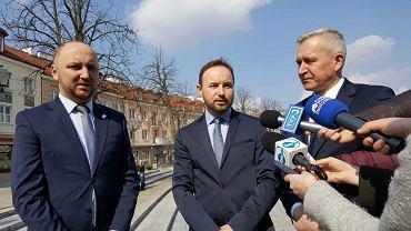 Wybory do Parlamentu Europejskiego. Konferencja prasowa PO z udziałem kandydata Tomasza Frankowskiego (w środku)