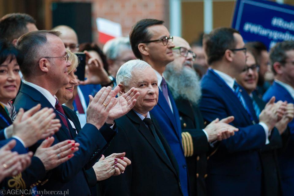 Prezes Jarosław Kaczyński i jego partyjny podwładny, premier Mateusz Morawiecki podczas konwencji regionalnej Prawa i Sprawiedliwości. Gdańsk, 30 marca 2019