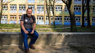 Strajk nauczycieli. Wojciech Miśko z nauczycielskiej Solidarności przed SP 66 na os. Przyjaźni