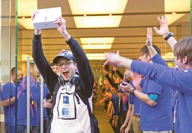 Christof Wallner, który przyjechał z Austrii, pokazuje kupiony właśnie przez siebie nowy, wypuszczony przez Apple?a model iPada. Monachium, marzec 2012  r.