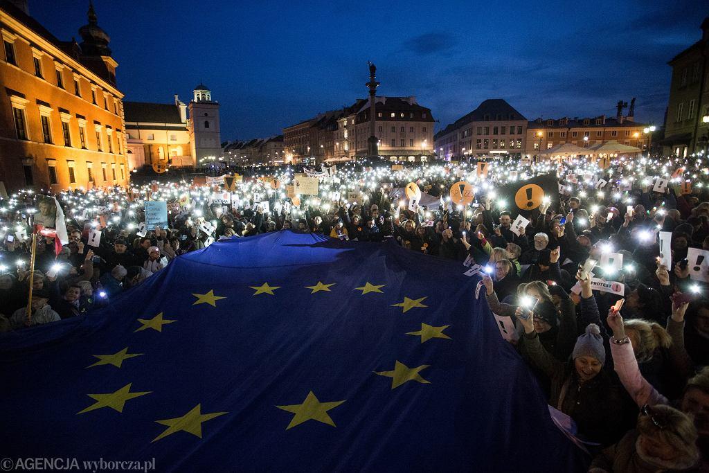 Strajk nauczycieli. Demonstracja poparcia dla strajkujących na Placu Zamkowym w Warszawie
