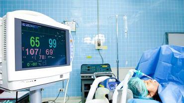 Dzięki specjalnej rurce umieszczanej w tchawicy możliwe jest udrożnienie dróg oddechowych i podłączenie respiratora