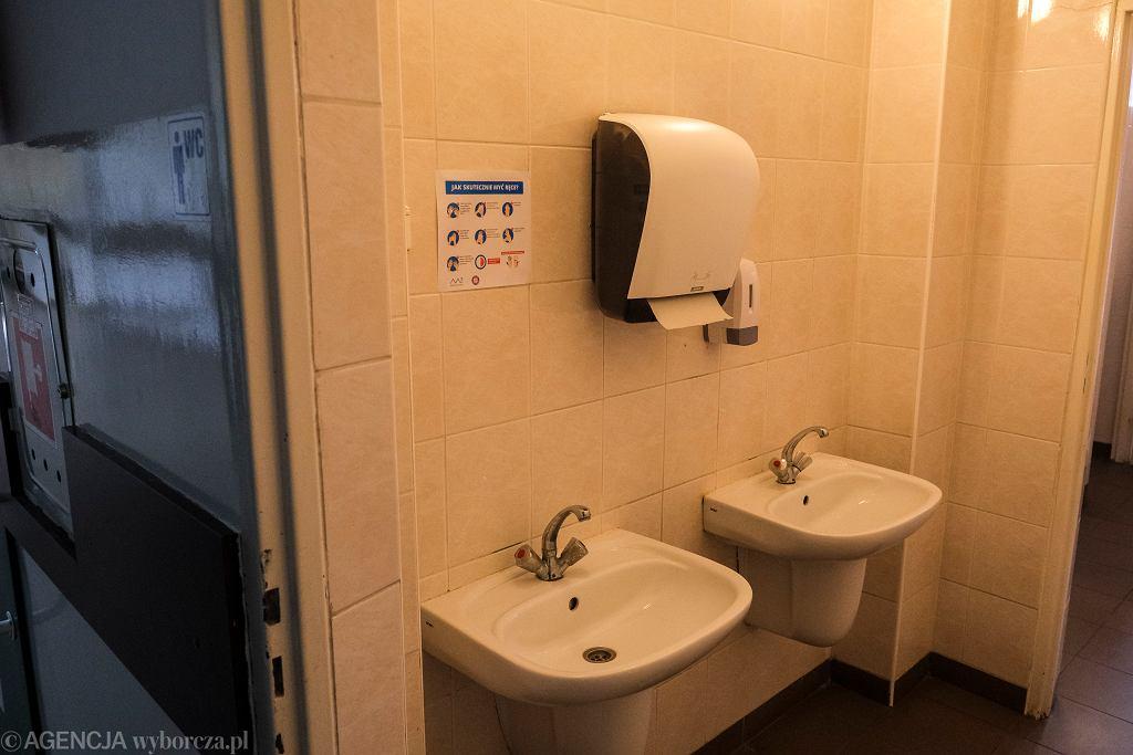 Środki ostrożności w związku z koronawirusem, toaleta w rzeszowskiej szkole