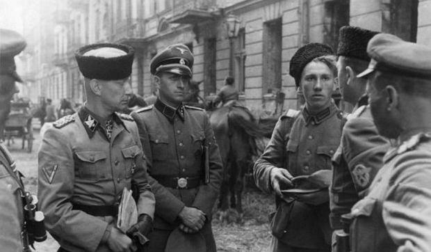 SS-Gruppenführer Heinz Reinefarth w otoczeniu Kozaków na ul. Wolskiej
