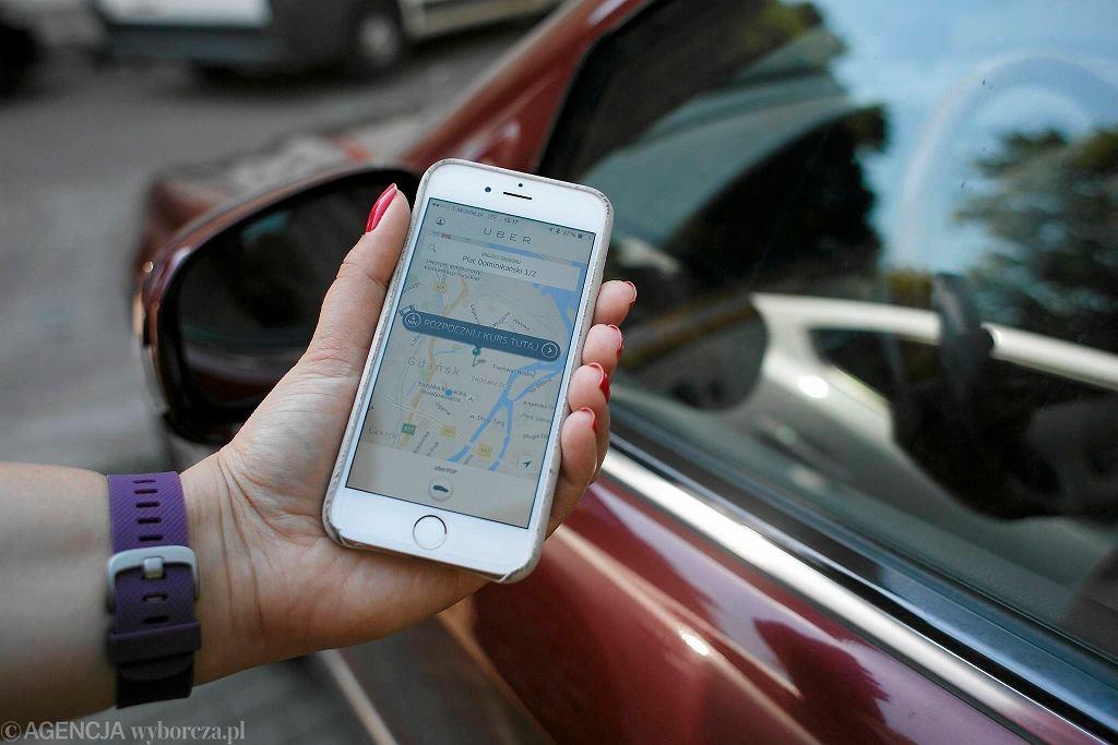 Uber. Aplikacja stanowi konkurencję dla taksówek ponieważ oferuje przejazdy w korzystniejszych cenach