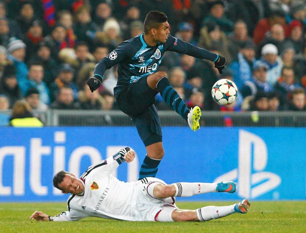 Casemiro (FC Porto) walczy o piłkę z Marco Strellerem (FC Basel).