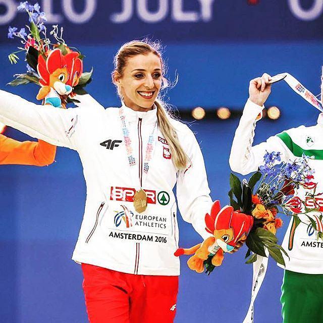 Angelika Cichocka odbiera medal