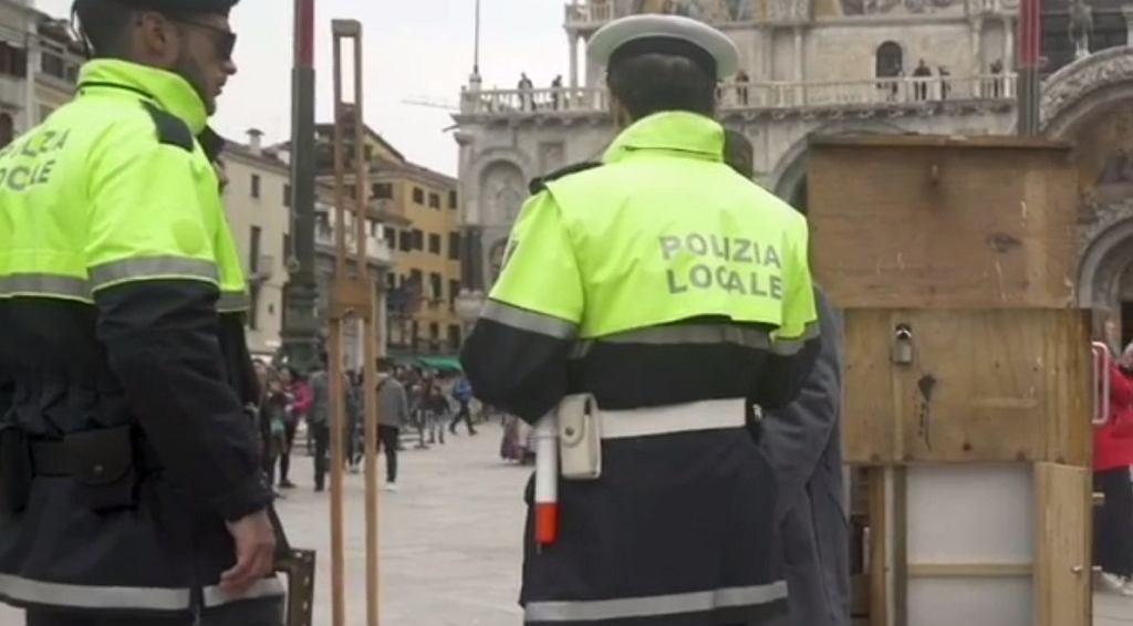 Banksy ustawił się między ulicznymi sprzedawcami w Wenecji. Przegoniła go straż miejska