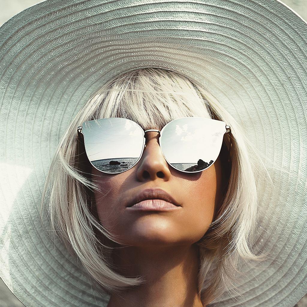 Okulary przeciwsłoneczne to bardzo ważny dodatek do wielu stylizacji. Zdjęcie ilustracyjne, Nadya Korobkova/shutterstock.com