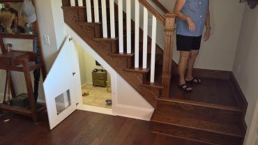 Uroczy pokoik pod schodami