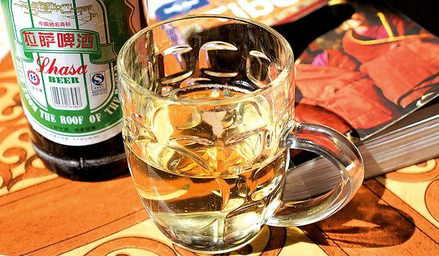 Podróż pociągiem z Pekinu do Tybetu, azja, podróże, Piwo tybetańskie. W ogóle w Chinach lepiej raczyć się piwem, ich wódka jest tak niedobra, że nie nadaje się do picia