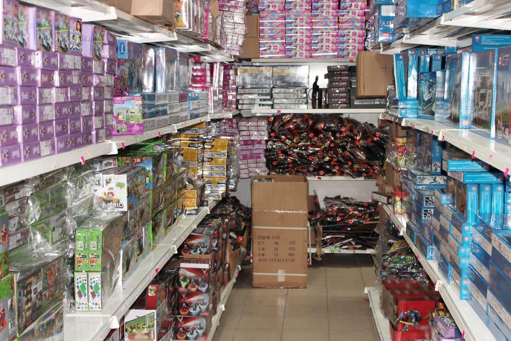 Wólka Kosowska. Skonfiskowano 3700 zestawów zabawek z podrobionymi znakami towarowymi