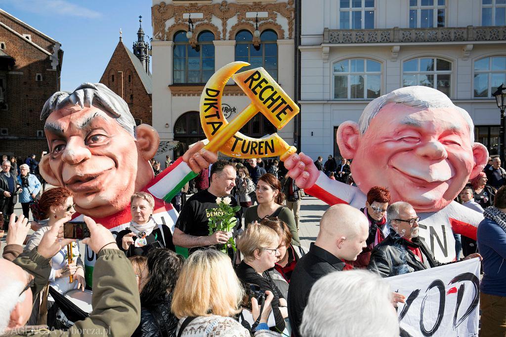 Happening 'Liść Demokracji' w Krakowie. Karykatury Viktora Orbana i Jarosława Kaczyńskiego