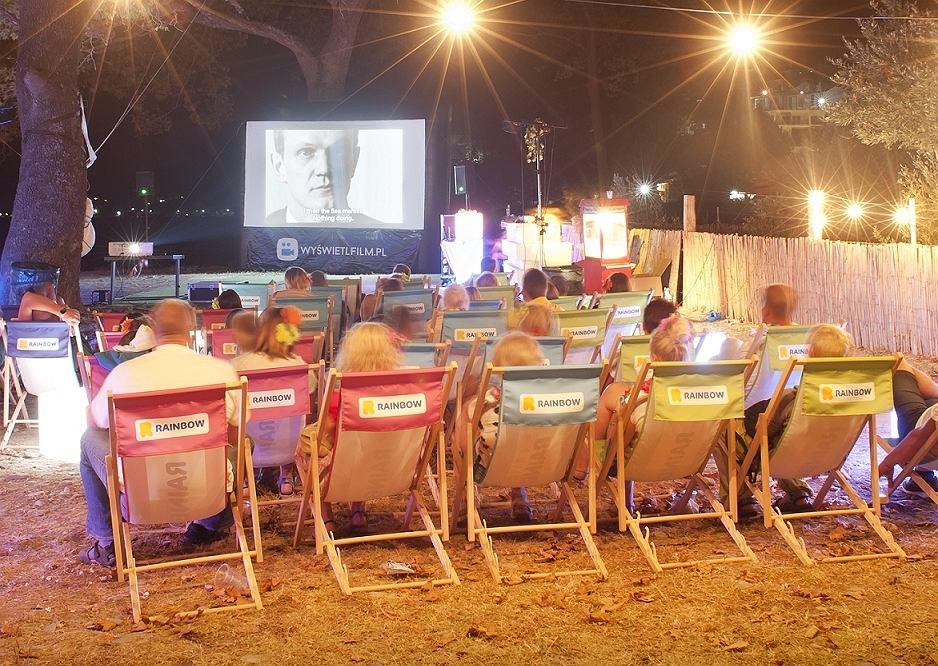 Plenerowe kino w Polskiej Strefie urządzonej pilotażowo w Kokkino Nero w Grecji