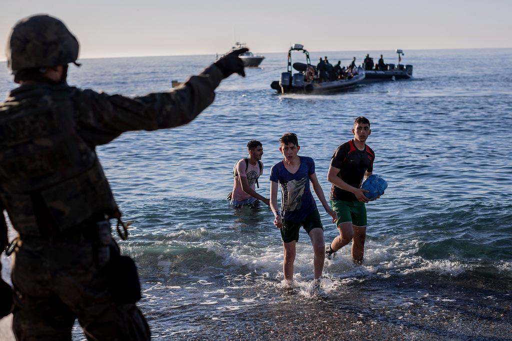 Migranci w Ceucie, hiszpańskiej enklawie w Maroku