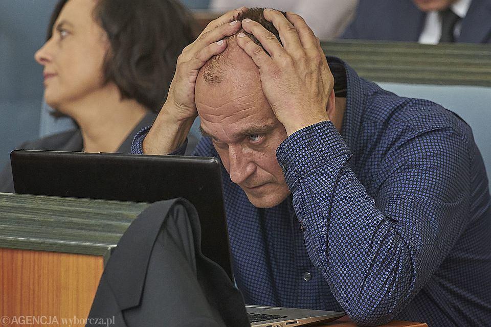 Paweł Kukiz, jako były radny sejmiku dolnośląskiego nie oddał laptopa. Samorząd województwa właśnie złożył pozew do sądu.