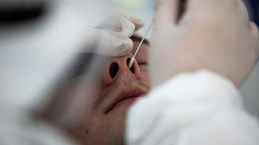 Pobieranie próbek do badania na obecność koronawirusa.