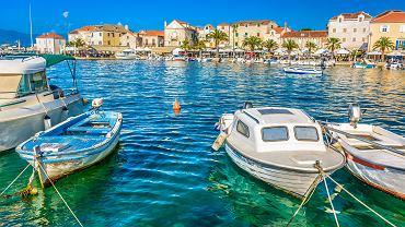 Chorwacka wyspa Brac jest chętnie odwiedzana przez turystów.