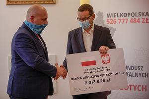 Premier Morawiecki rozdawał czeki samorządowcom. Są ciągle warte tyle co papier