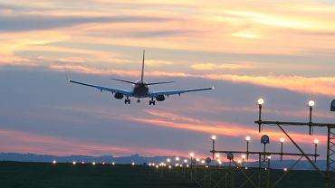 Samolot lądujący w Porcie Lotniczym Kraków-Balice / shutterstock