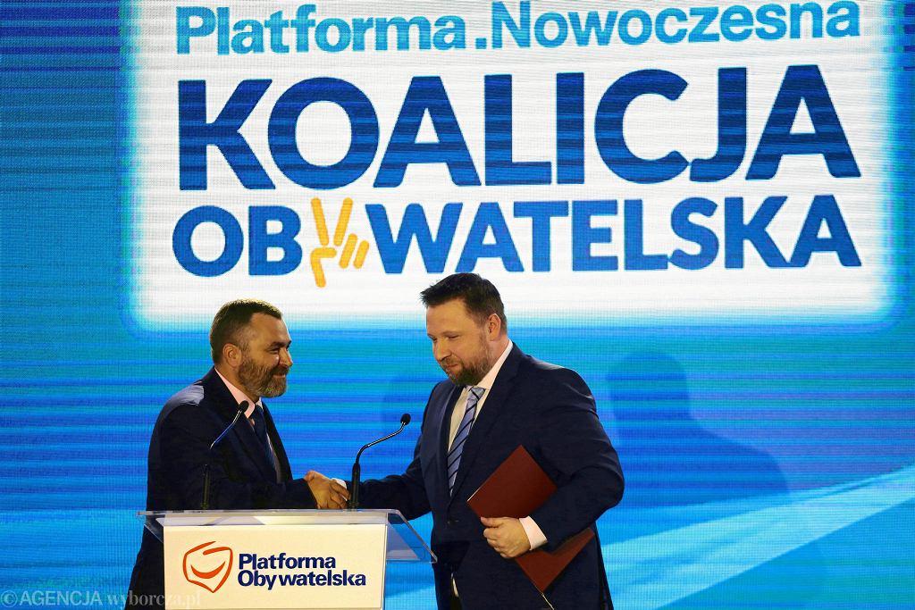 Kwiecień 2018, konwencja Koalicji Obywatelskiej, wspólnego komitetu PO i Nowoczesnej. Na scenie Sławomir Potapowicz, lider warszawskich struktur Nowoczesnej (z lewej) i Marcin Kierwiński, szef warszawskiej Platformy (z prawej).