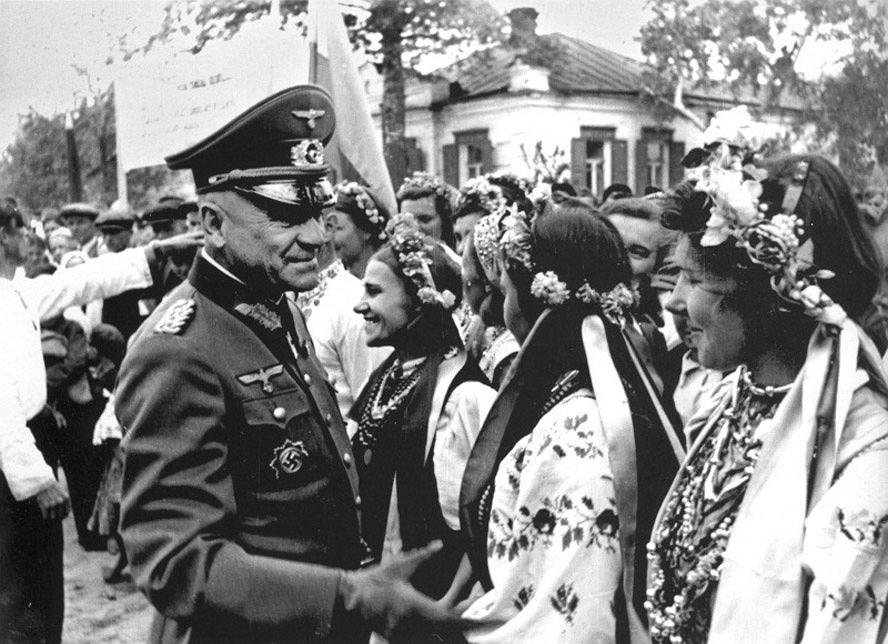 Niemiecki generał dywizji z ukraińskimi dziewczętami w strojach ludowych, 1942 r.