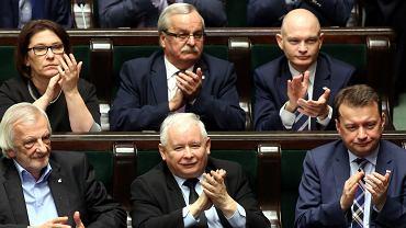 Jarosław Kaczyński i posłowie PiS w Serjmie