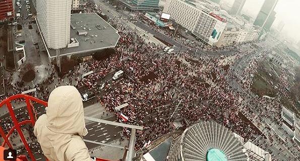 Pokazał zdjęcie Marszu Niepodległości z budynku Widok Tower