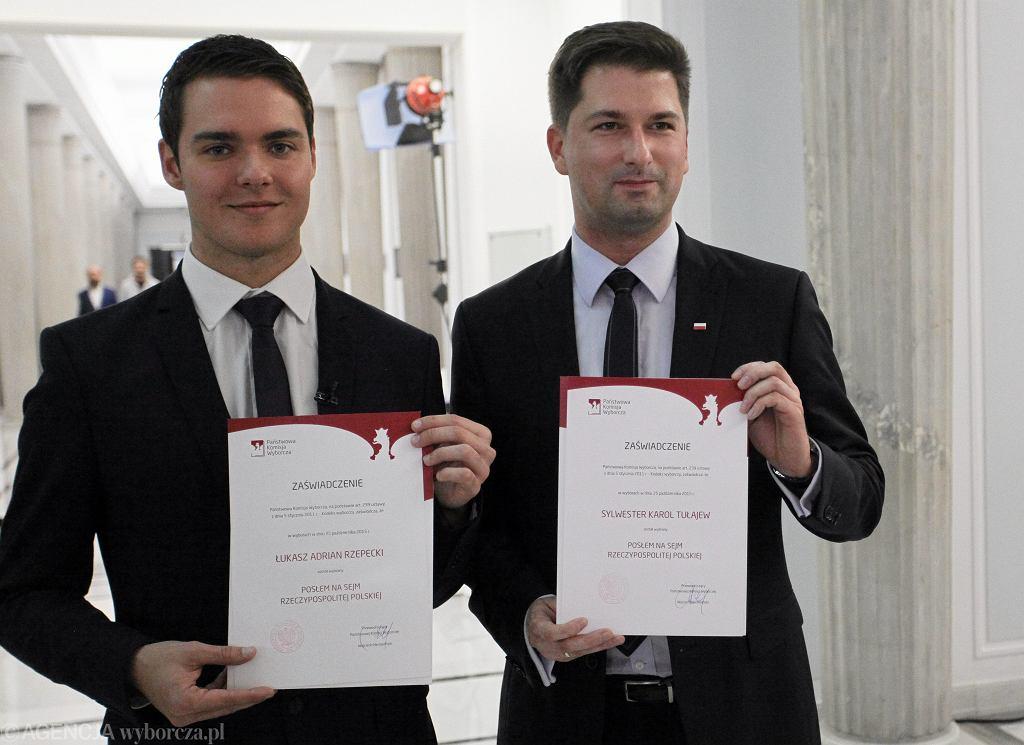 Z lewej najmłodszy poseł Łukasz Rzepecki, który miał 23 lata, gdy rozpoczynała się kadencja Sejmu