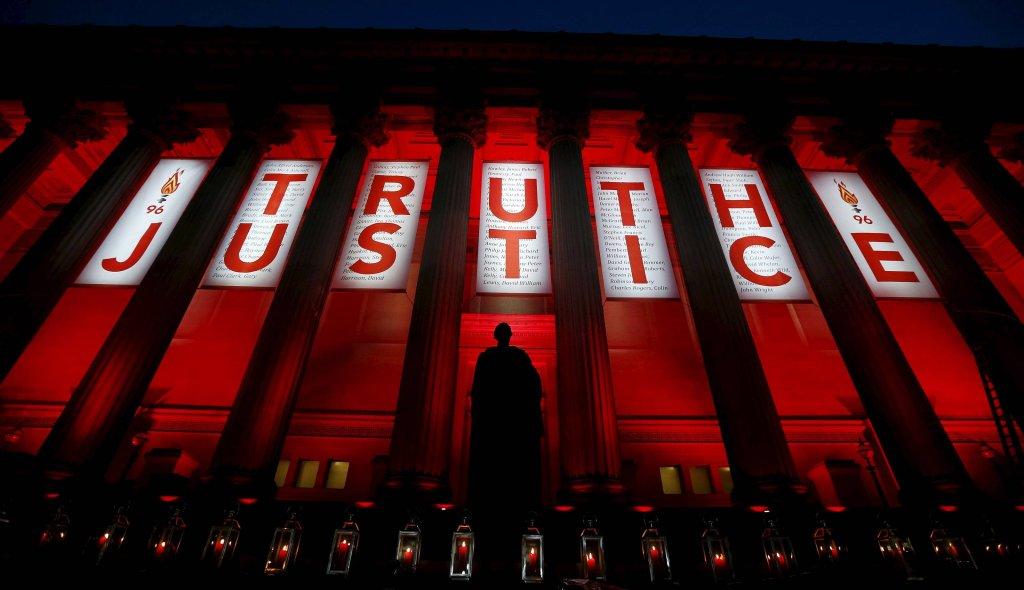 Iluminacja upamiętniająca ofiary tragedii na stadionie Hillsborough w Liverpoolu, 27 kwietnia 2016