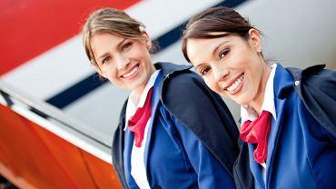 Dlaczego stewardesy i stewardzi trzymają ręce za plecami, gdy witają pasażerów?