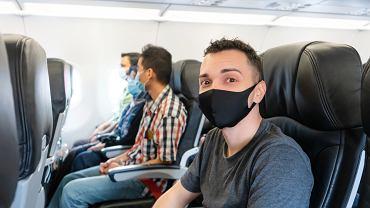 Większość pasażerów opowiada się za utrzymaniem obowiązku noszenia maseczek podczas podróży samolotem