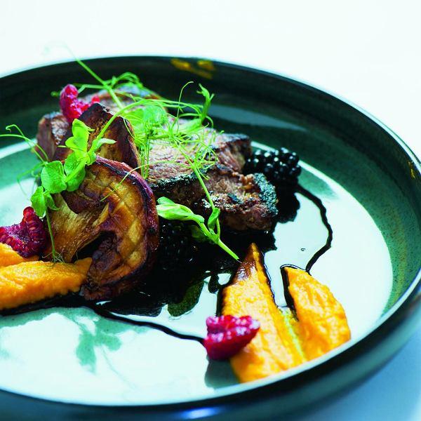 Stek z sosem demi-glace i owocami leśnymi, purée z dyni, smażone grzyby ipędy groszku
