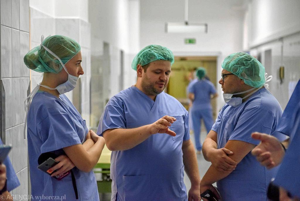 Dr n.med. Adam Haliński ( w środku) rozmawia z dziennikarzami