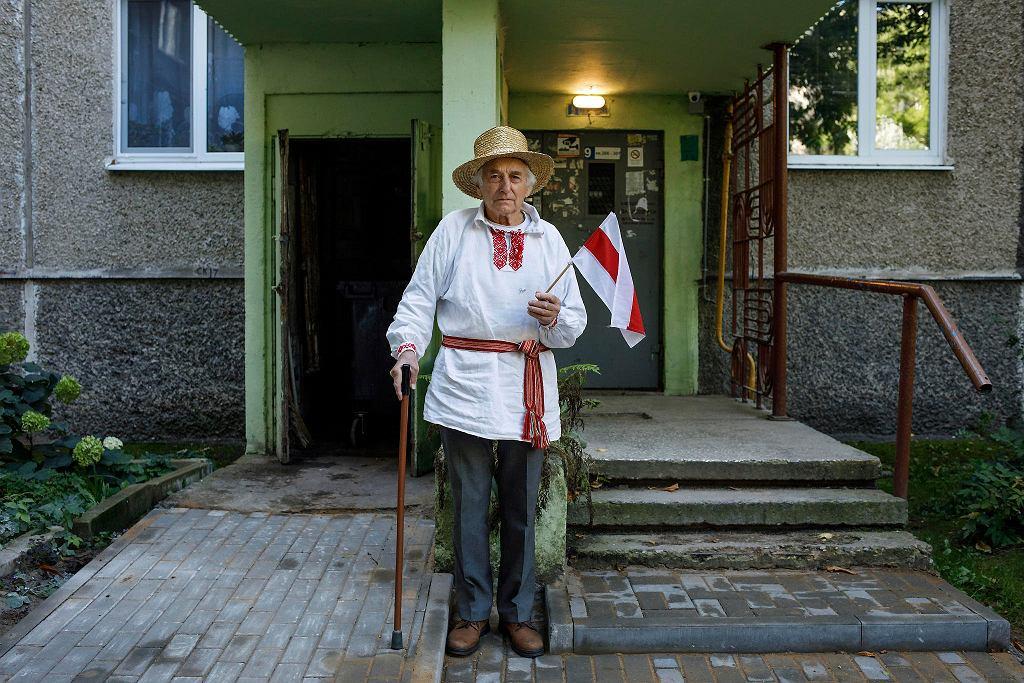 Mieszkaniec jednego z mińskich osiedli Jan Grib przed wejściem do swojego bloku, 10 sierpnia 2020