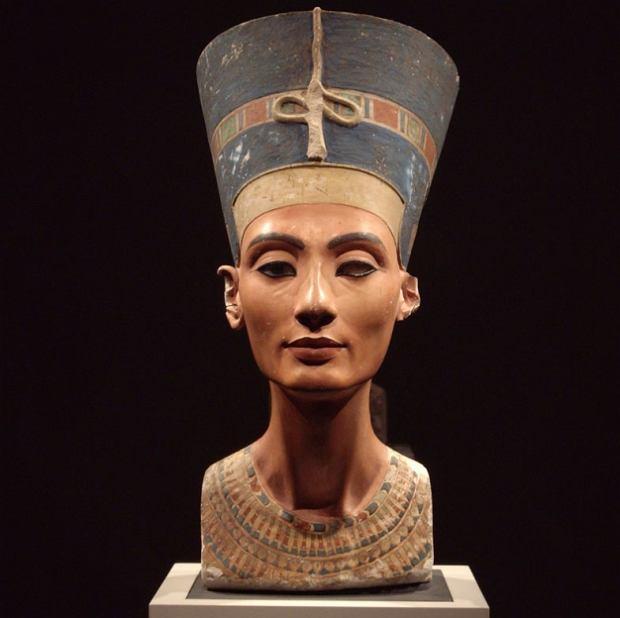 Autorstwo tego słynnego, odnalezionego w 1912 r. rzeźbiarskiego portretu Nefertiti przypisuje się Totmesowi, wielkiemu artyście pracującemu na dworze Echnatona. Zadziwia to, że lewe oko królowej jest niekompletne: brakuje mu źrenicy i tęczówki. Niewykluczone, że popiersie mogło być tylko rodzajem wprawki dla rzeźbiarza, modelem, z którego korzystał on i jego uczniowie przy tworzeniu znacznie większych dzieł, które nie dotrwały do naszych czasów.
