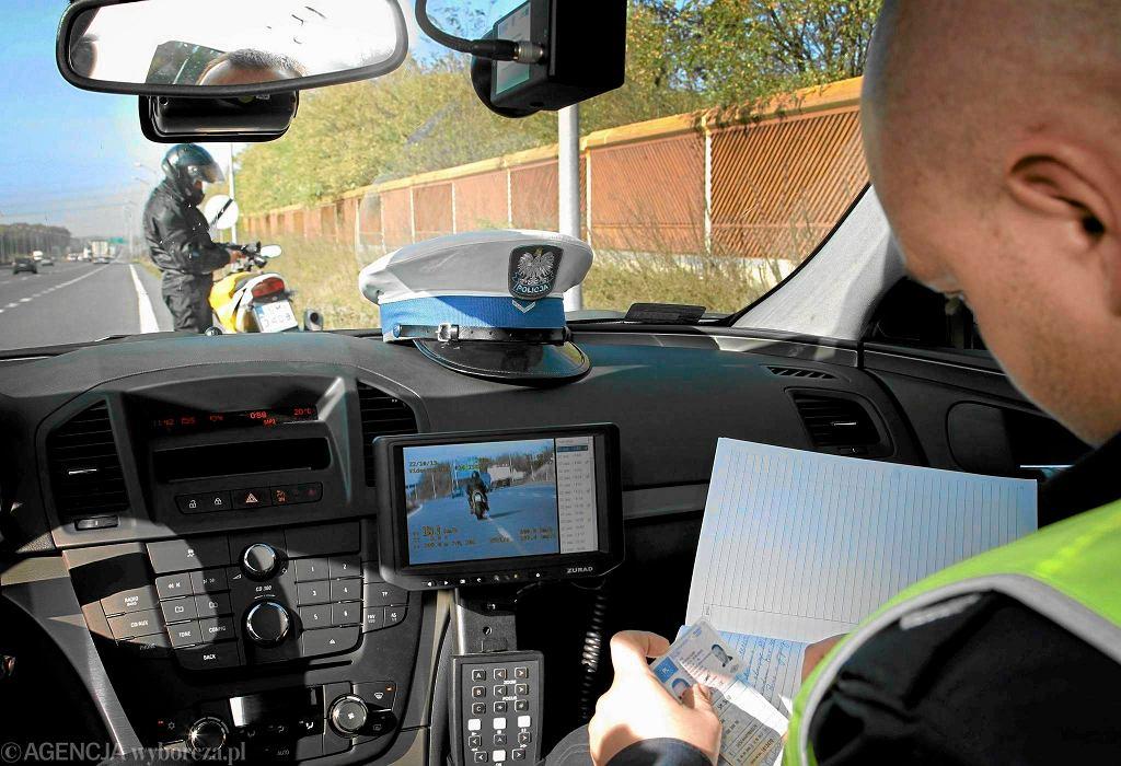 Policjanci drogówki w nieoznakowanym radiowozie