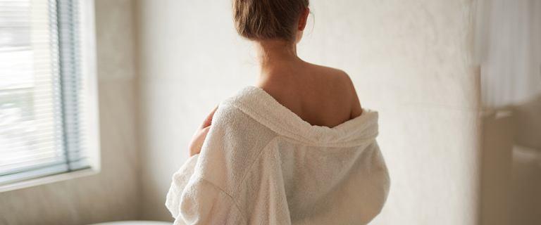 Ta piżama damska na jesień jest miękka i ciepła. Eleganckie modele z sieciówek w dobrej cenie!
