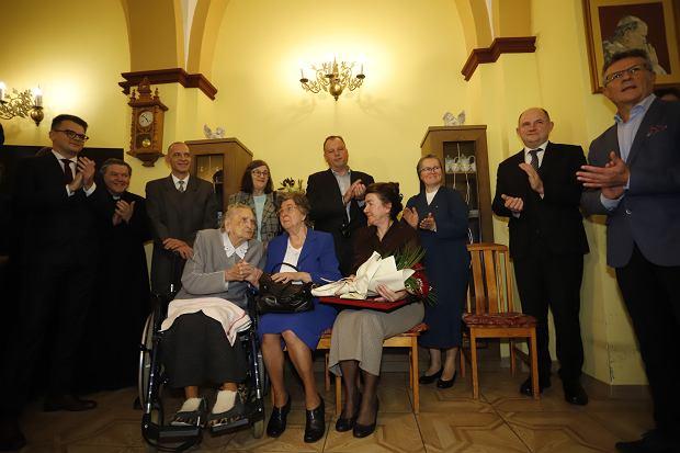 Zdjęcie numer 1 w galerii - Elżbieta Rogala kończy 108 lat, życzenia i kwiaty od marszałka [ZDJĘCIA]
