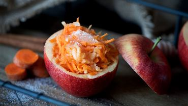 Surówka z marchewki idealnie sprawdzi się zarówno w wersji na słono, jak i na słodko.