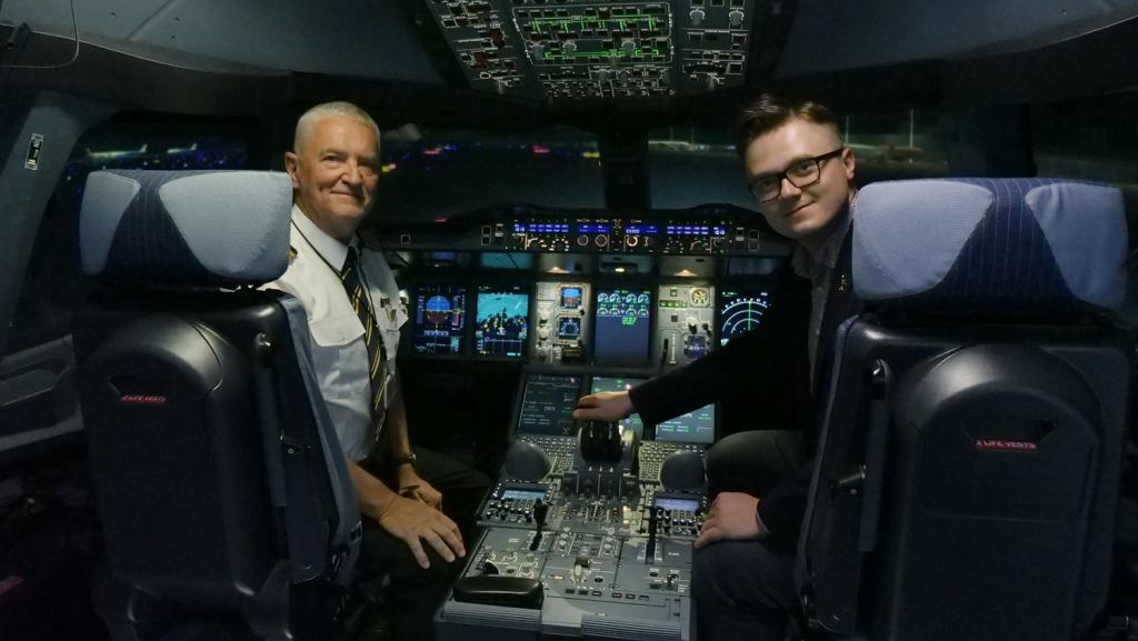 Centrum szkolenia załóg Emirates w Dubaju. Na zdjęciu kapitan Steve Fenton i Jakub Panek, dziennikarz Gazeta.pl