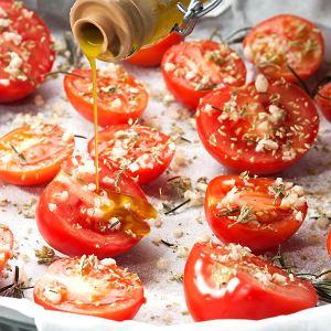 Pieczone pomidory w piekarniku czy zapiekane z jajkiem, bakłażanem i mozzarella pachną latem i smakują wyjątkowo. Proste przepisy na dania z pomidorami