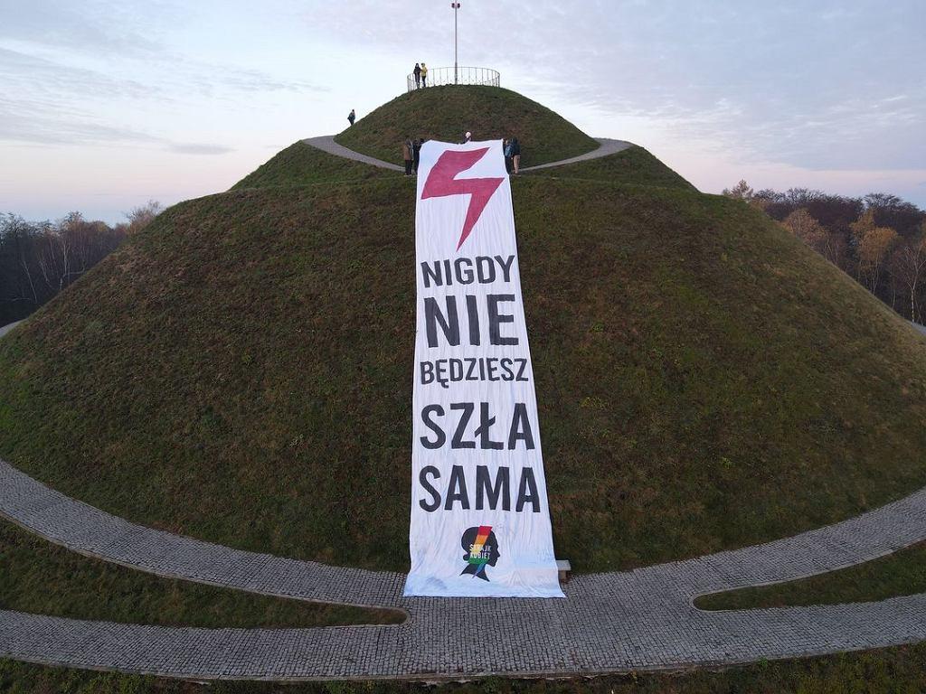 Baner Strajku Kobiet na kopcu Piłsudskiego