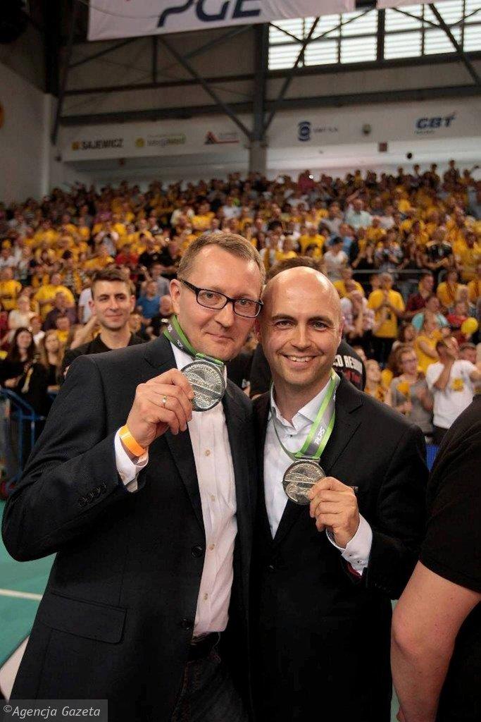 Marek Panek (prezes Asseco Resovii) i Bartosz Górski (wiceprezes Asseco Resovii) ze srebrnymi medalami