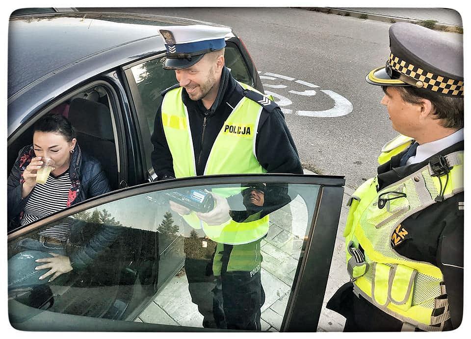 Policja i Straż Miejska 'karze' kierowców dając im sok z cytryny do wypicia