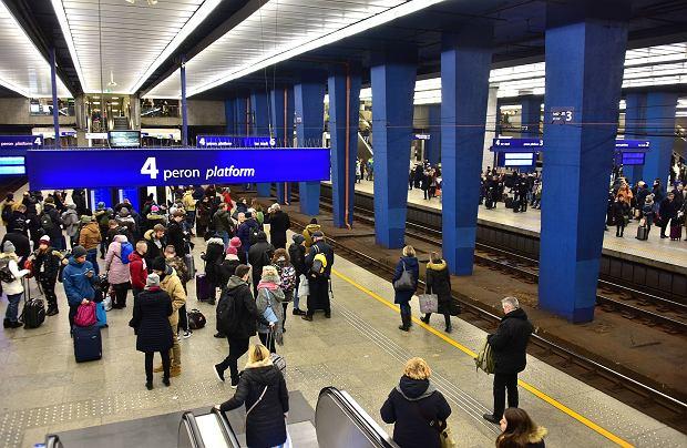Widok na peron numer 4 na Dworcu Centralnym