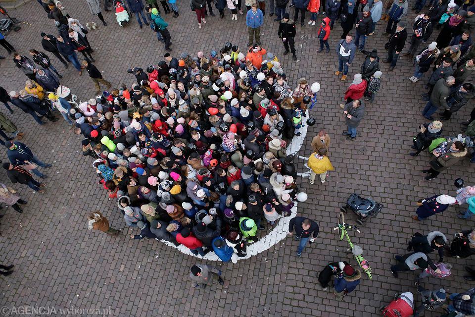 Zdjęcie numer 3 w galerii - WOŚP 2020 w Toruniu. Wielka ściskawa: przytuliło się 482 osób
